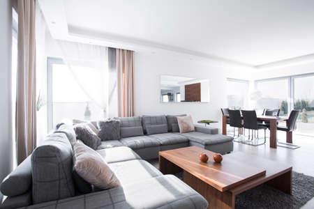Moderne ruime woonkamer verbonden met eetzaal Stockfoto