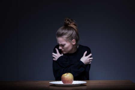 enfermedades mentales: Chica solitaria desesperación que sufren de anorexia nerviosa