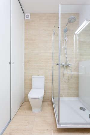 cabine de douche: Douche en verre à l'intérieur de salle de bains contemporaine