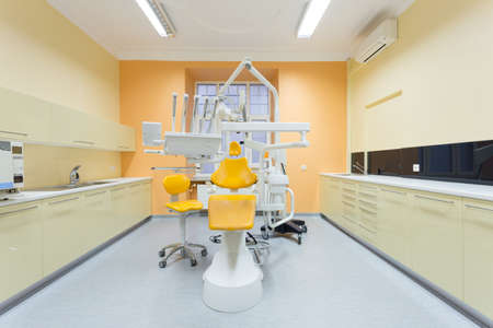 노란색 의자가있는 새로운 무균 치과 사무실의 사진 스톡 콘텐츠