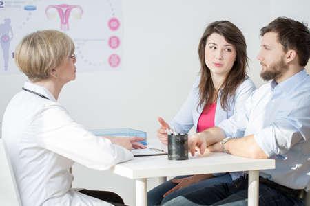 marido y mujer: Pareja joven en la oficina de los m�dicos de sexo femenino Foto de archivo