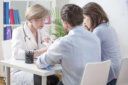 여성 부인과 의사와의 결혼 컨설팅 불임 검사 결과