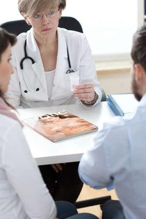 semen: Medico che d� all'uomo rivista pornografica e contenitore di sperma