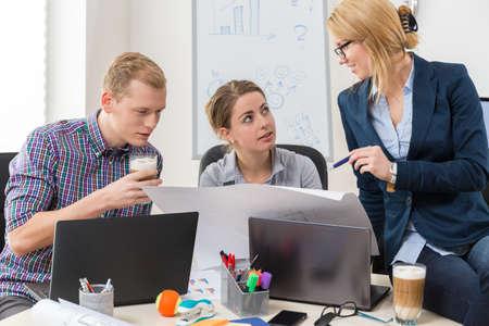 obreros trabajando: Los trabajadores de oficina hablando de directrices para proyectar