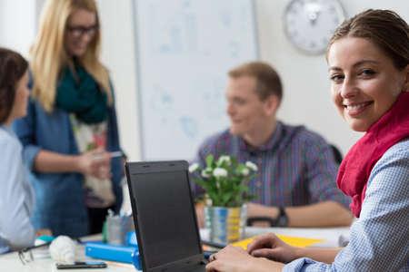 empleados trabajando: Claro de intern joven sonriente en la oficina Foto de archivo