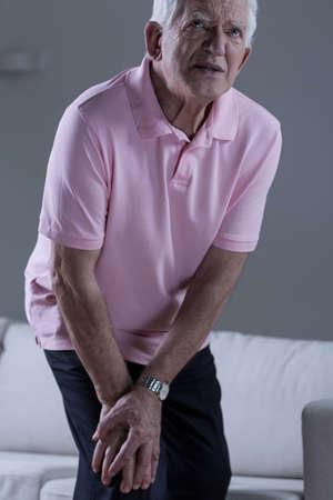 dolor de rodilla: Pensionista con dolor en la articulación de la rodilla