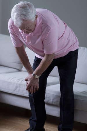 dolor de rodilla: Hombre mayor con dolor de rodilla