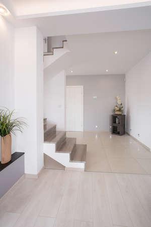 escalera: Blanca pasillo limpio con escaleras de madera en el primer piso