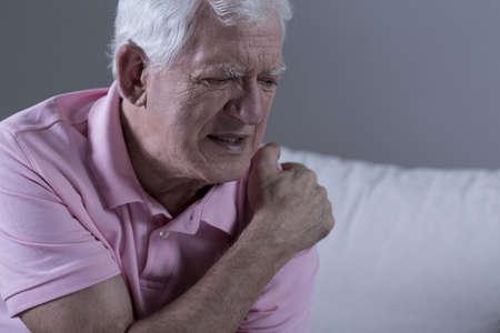 肩の痛みに苦しんでいるシニア