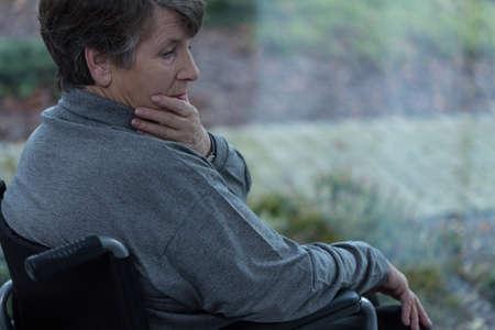 silla de rueda: Las ancianas, discapacitadas deprimidas en una silla de ruedas
