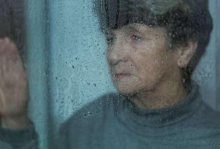 우울증을 앓고, 노인 슬프고 외로운 여자 스톡 콘텐츠