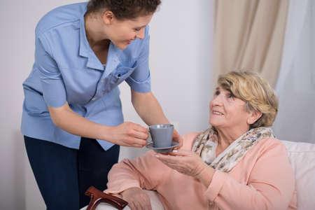 Aged elegante Frau und Tee-Zeit bei Pflegeheim