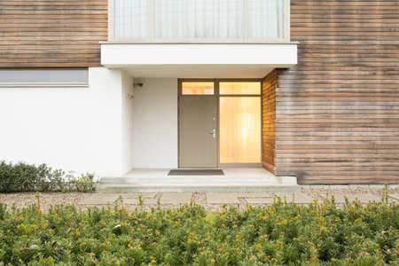 case moderne: Foto di porta d'ingresso in up-to-date di soggiorno
