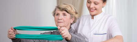 Actieve senior dame en oefeningen met elastische band
