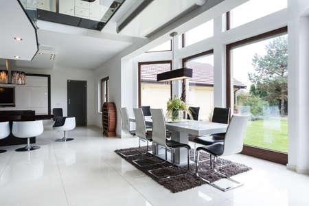 De lichte eetzaal verbonden met de keuken in de woning