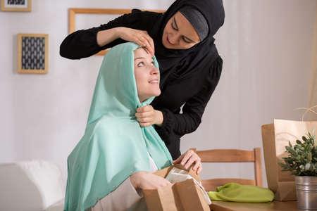 femmes muslim: Image de jeune fille caucasien � voile musulman Banque d'images