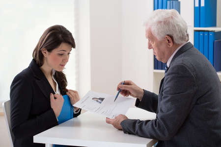 entrevista de trabajo: Mujer joven que habla con un hombre mayor de un trabajo potencial Foto de archivo