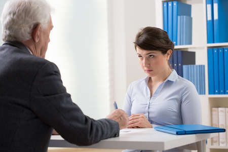 competencias laborales: Mujer joven hablando con un gerente sobre nuevo trabajo