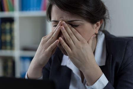 cansancio: Trabajador de negocios en la oficina con dolor en los senos Foto de archivo