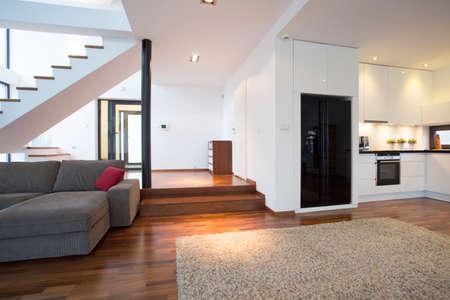 colores calidos: Amplio sal�n moderno con escaleras que conducen a la primera planta