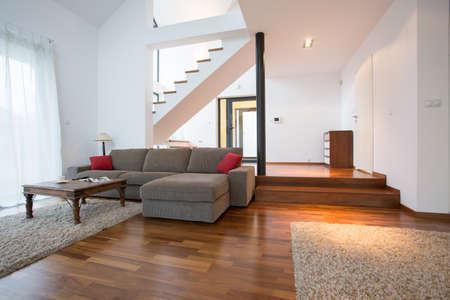 モダンなデザインの 2 階建ての家のリビング ルーム