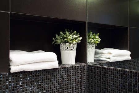 Mooie witte decoratie in de nieuwe moderne zwarte badkamer Stockfoto