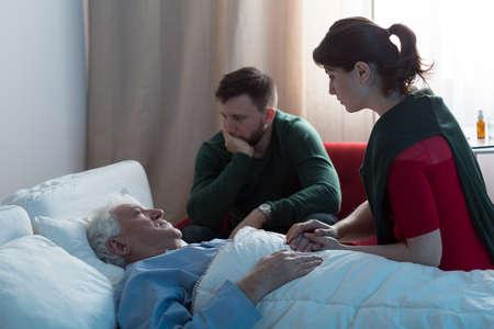 apoyo familiar: Dos niños desglosados ??y su padre moribundo en el hospital