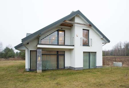 郊外に一戸建ての家の前 写真素材