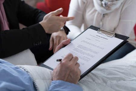 Close-up van de oudere zieke man met zijn testament