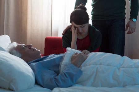 病院で彼女の父の死の後落ち込んで若い娘