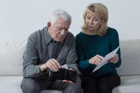 高齢者結婚座っていると彼らの財政問題を議論します。 写真素材