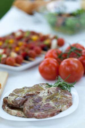 preparaba: Chuck carne y shishkebabs preparados para una parrilla