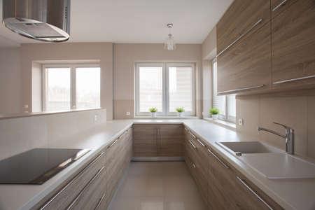 Foto von hellen modernen Küche mit Holz-Einheiten Standard-Bild - 40762085