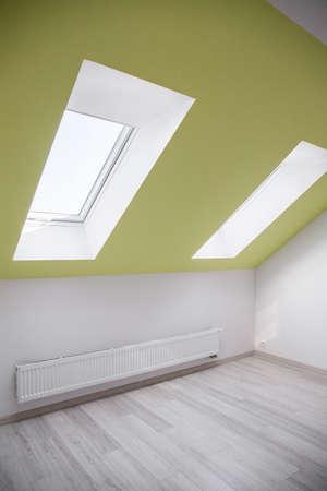 verticales: Simple habitación vacía en el ático con ventana inclinada Foto de archivo