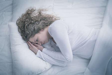 depresion: Mujer con día el gasto depresión en la cama Foto de archivo
