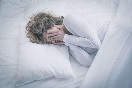 dormir: Cuadro de la mujer deprimida dormir todo el día
