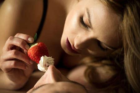 секс: Прелюдия с использованием клубники и взбитыми сливками