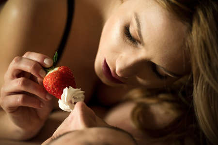 sexo pareja joven: Foreplay con el uso de fresas y crema batida