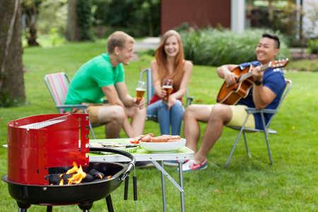 自宅屋外バーベキューを持つ人々 のグループ 写真素材