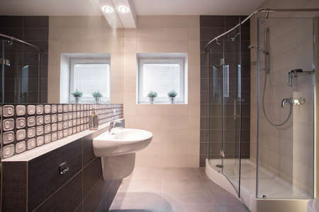 유리 도어 샤워 시설을 갖춘 현대적인 욕실
