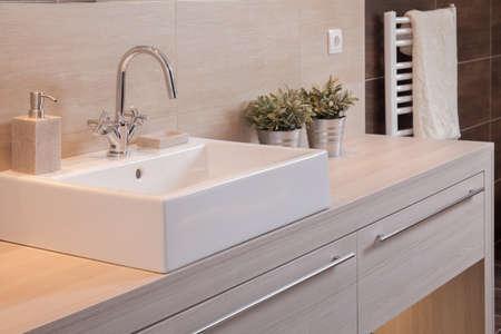 cuarto de baño: Close-up de color blanco cuenca cuadrada de porcelana en baño nuevo Foto de archivo