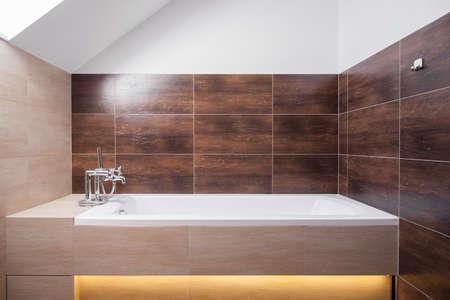 현대적인 장식 화장실에서 멋진 사각형 욕조