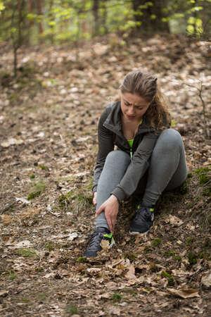 female jogger: Imagen de la corredora tiene esguince de tobillo
