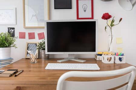 Witte desktop computer in een nieuw modern kantoor Stockfoto