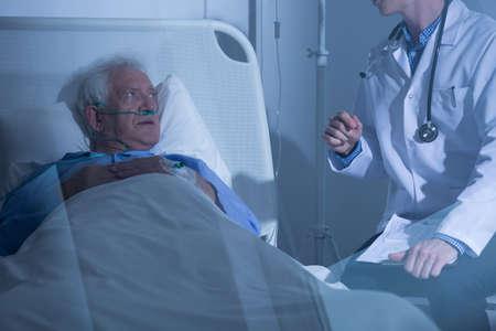 enfermos: M�dico hablando con el hombre mayor enfermo sobre el tratamiento