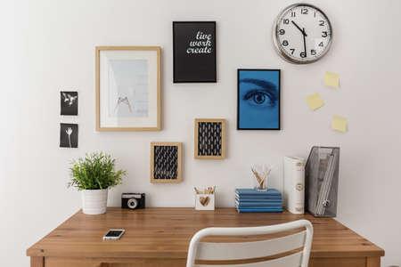 oficina: Madera escritorio bien organizado preparado para trabajar
