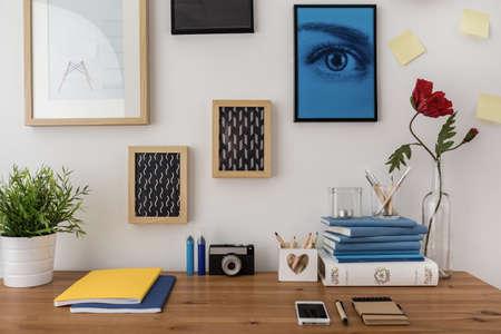 Escritorio creativo diseñado en la moderna sala de estudio con estilo