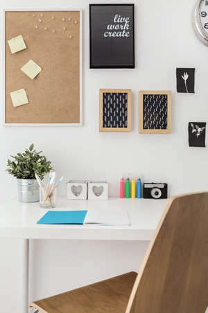 desk tidy: Well arranged desk in stylish office