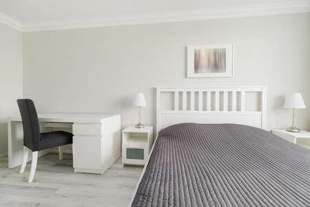 trabajando en casa: Vista horizontal de un dormitorio en el dise�o moderno Foto de archivo