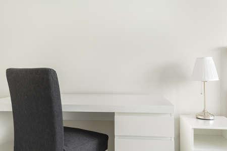 trabajando en casa: Escritorio y silla blanca gris en la oficina en casa